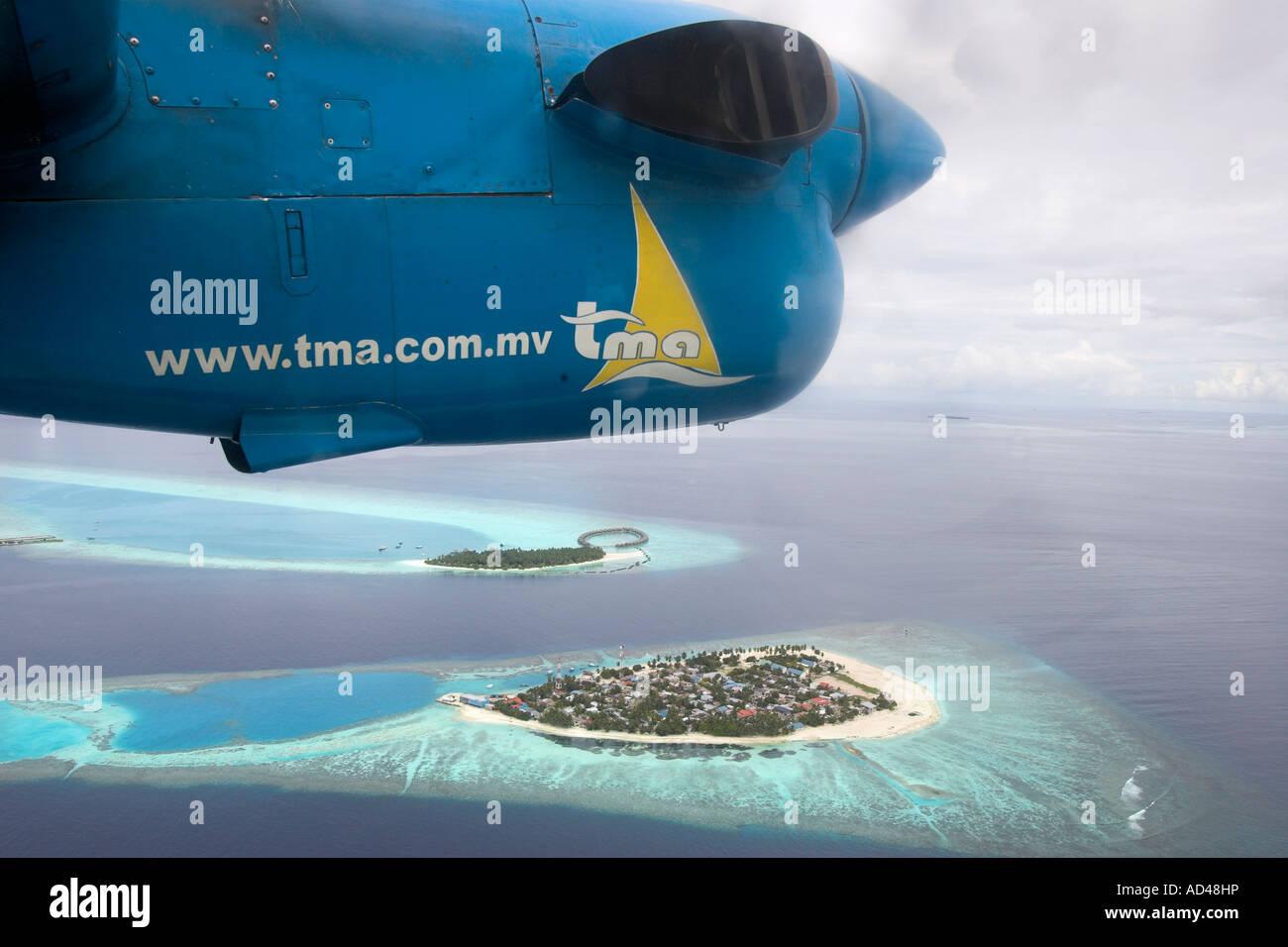 Avión sobrevuela los arrecifes de las Maldivas, Asia Foto de stock