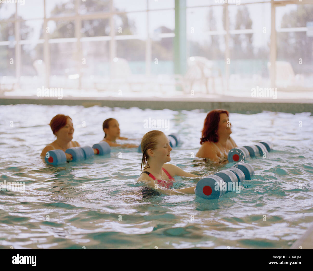 Las mujeres realizan una clase de aeróbicos de agua Imagen De Stock