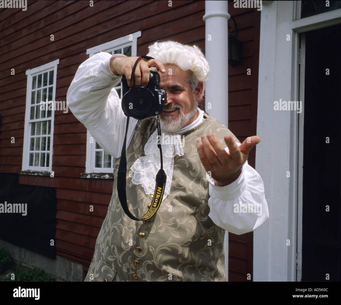 El Hombre Vestido Con Ropa De época Colonial Utilizando Una