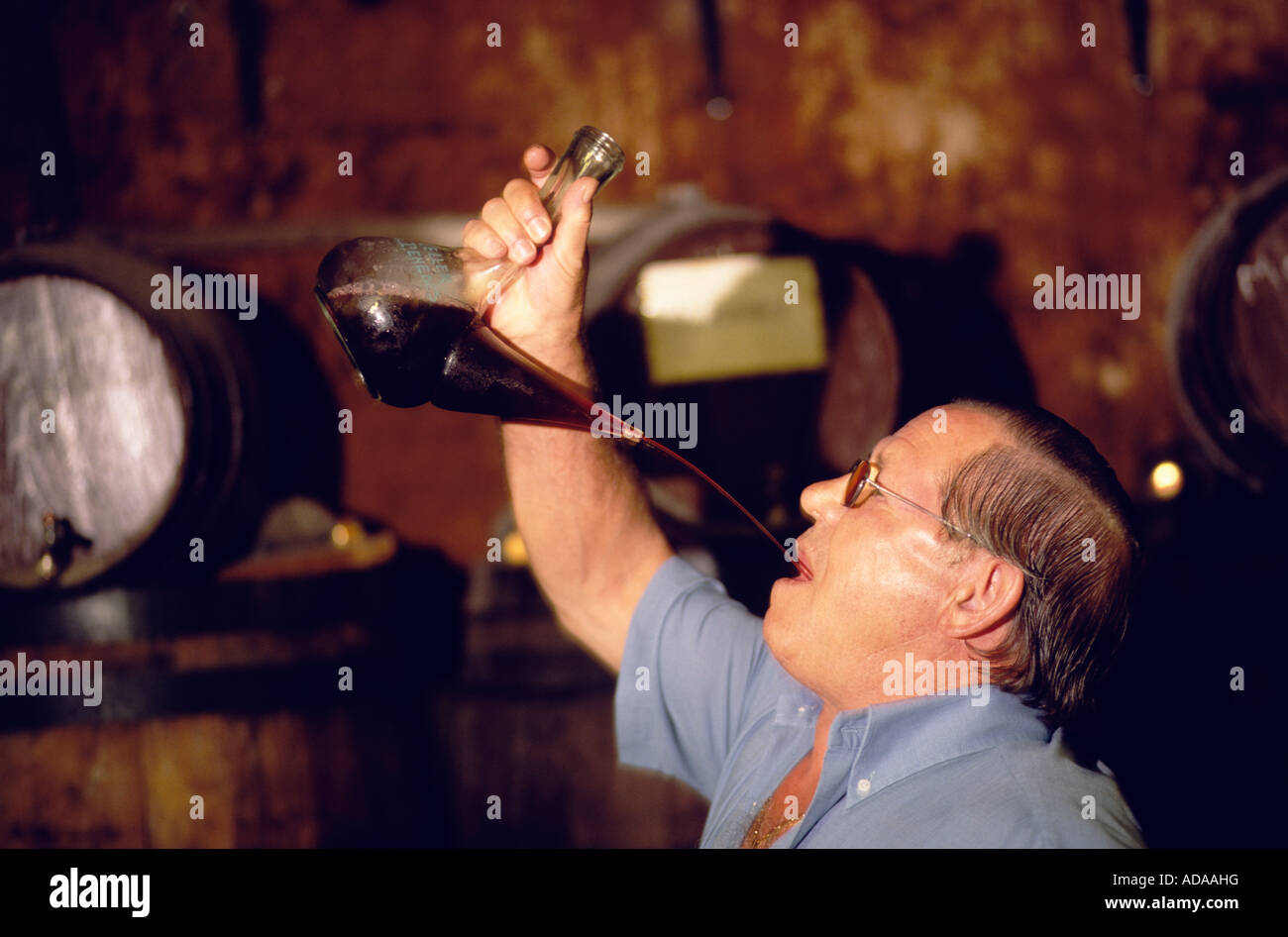 beber-vino-con-buque-porron-vilafranca-del-penedes-cataluna-adaahg.jpg