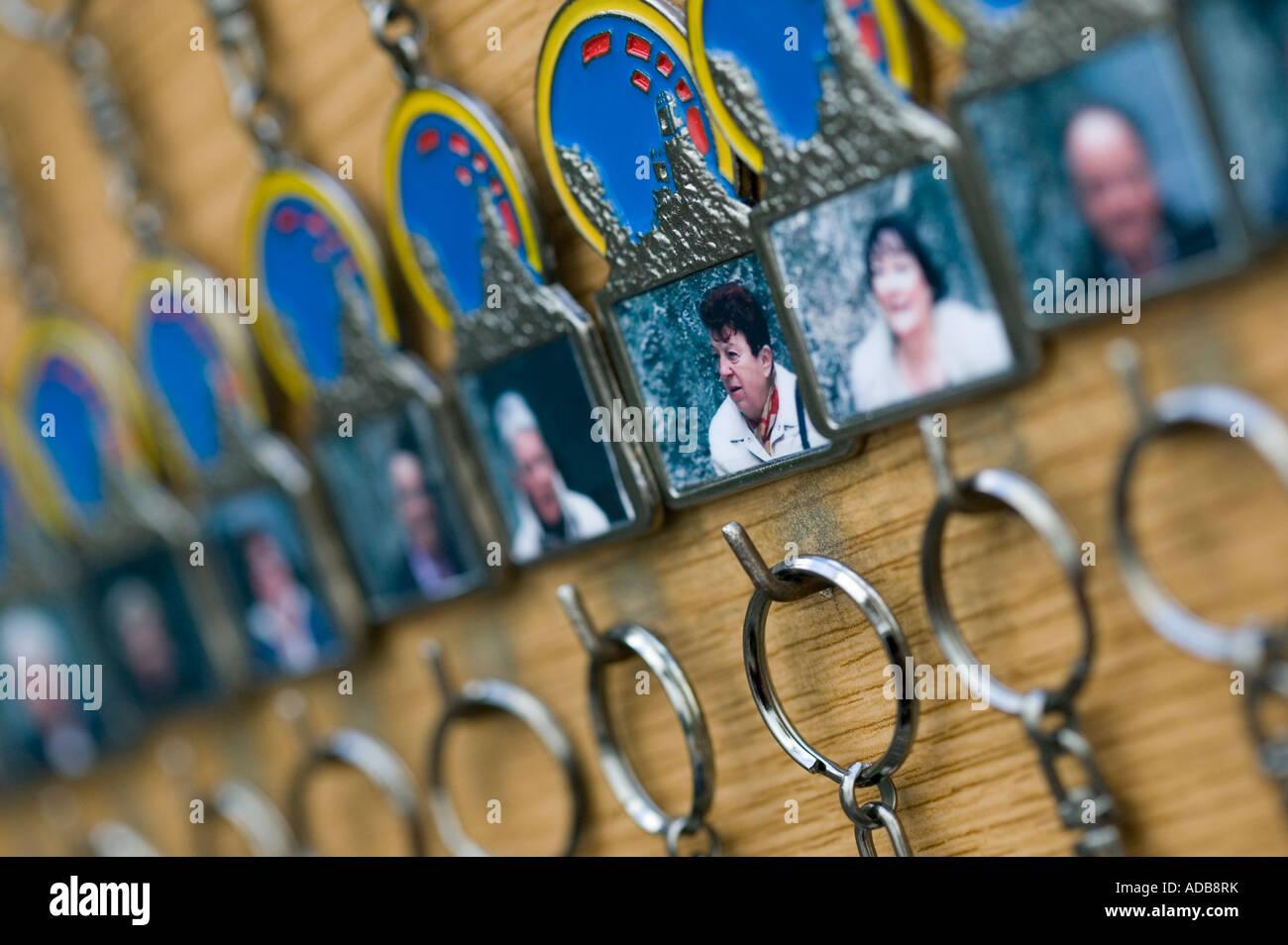 Llaveros personalizados con fotografías incrustadas de visitantes Imagen De Stock