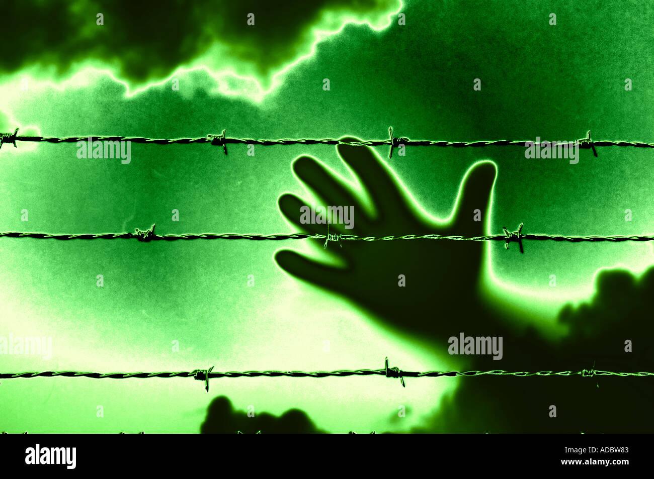 Llegar a mano de alambre de púas en la cárcel stockade concepto Imagen De Stock