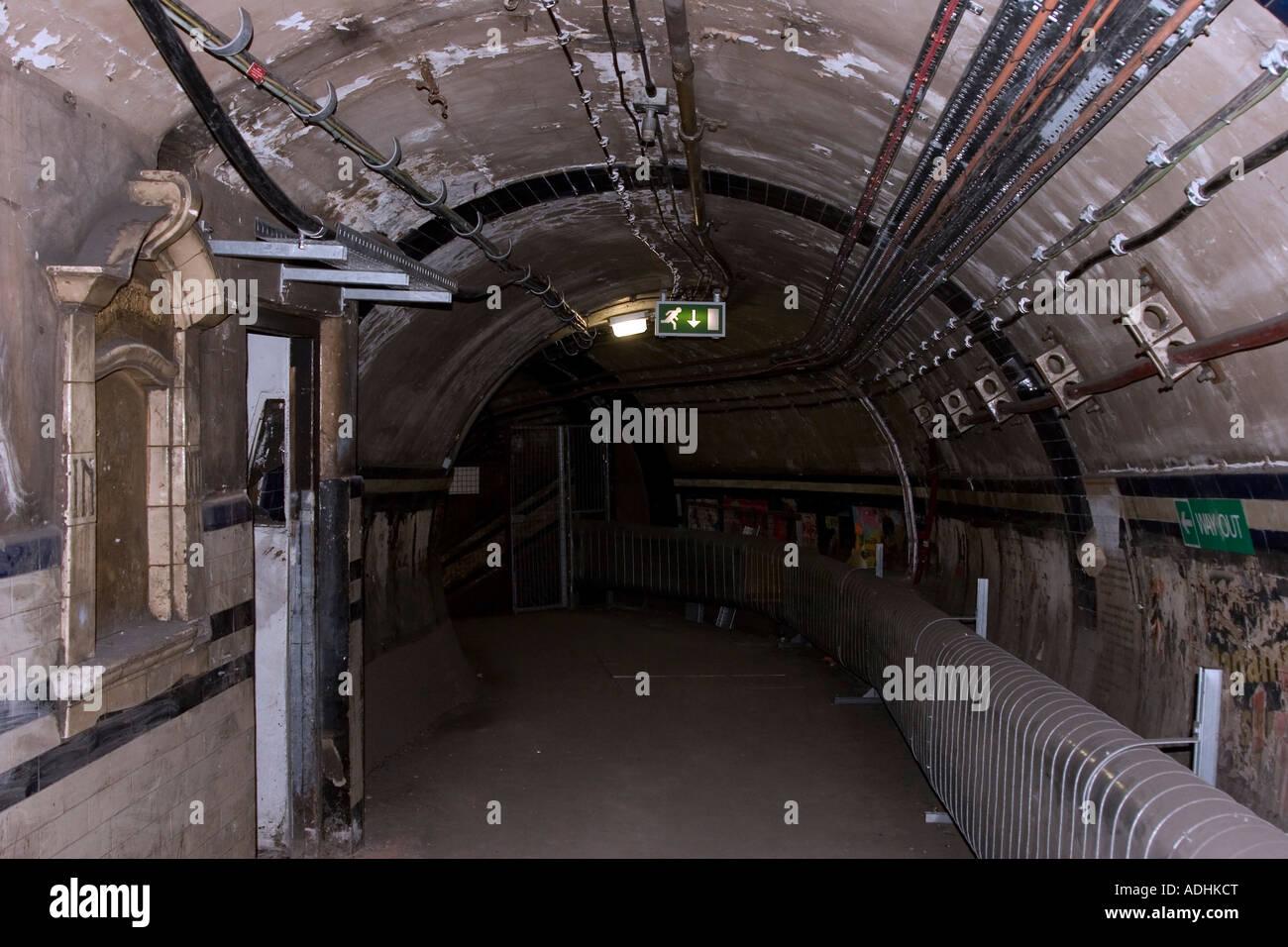 Antiguo mostrador de nivel profundo - Pasillo en desuso (cerrado 1969) - La estación de metro de Euston - Londres Foto de stock