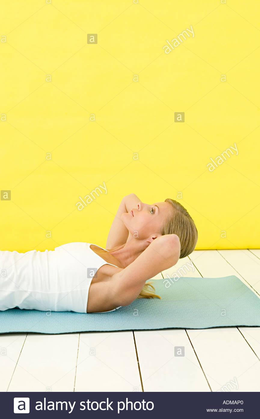 Mujer realizando sentarse ups Imagen De Stock