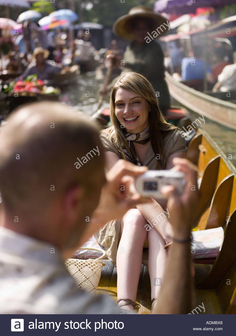 Hombre tomar la fotografía de la novia en bote de remos Imagen De Stock