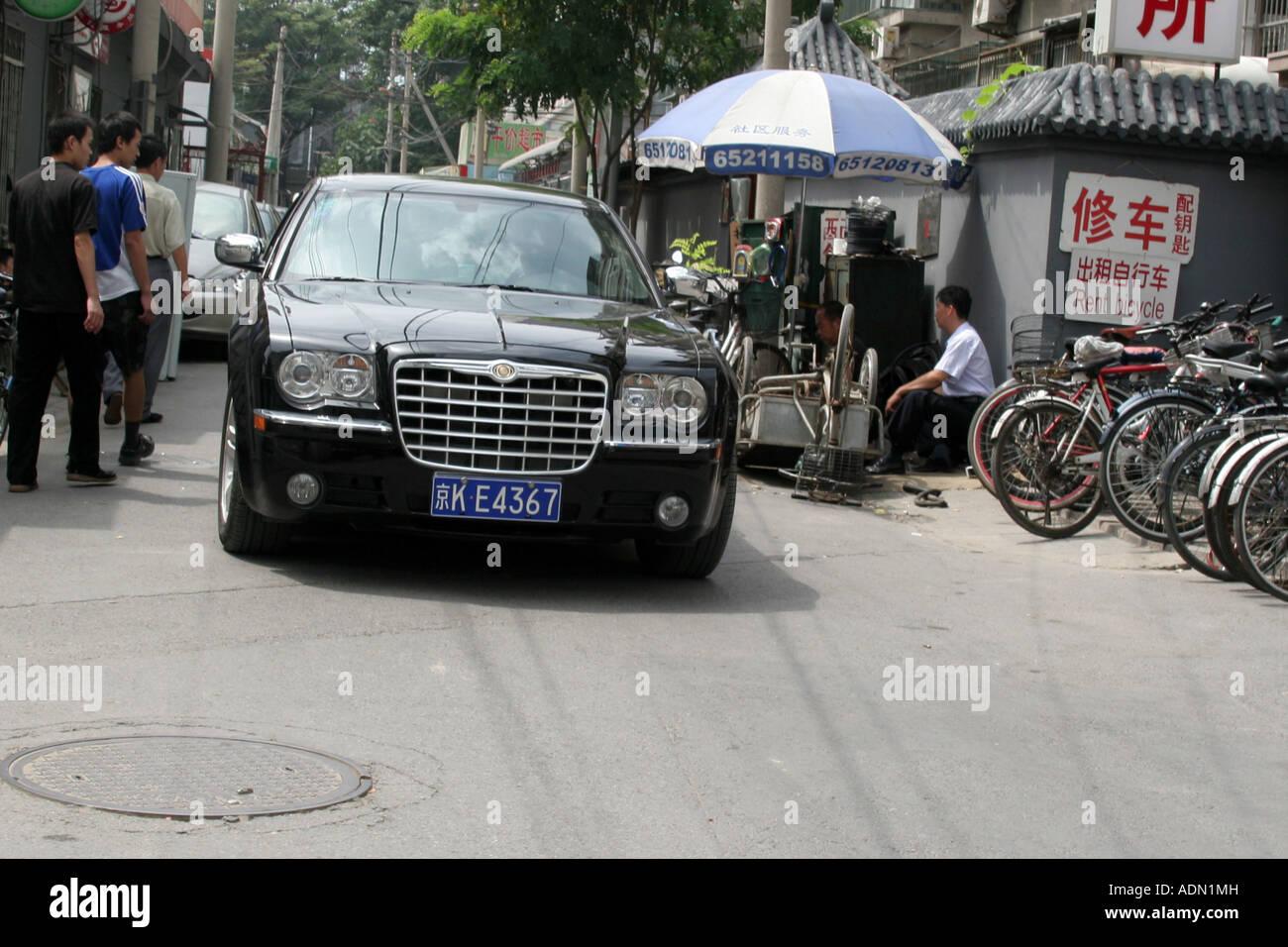 Coche de lujo en la calle angosta de China Beijing Hutong Agosto de 2007 Foto de stock