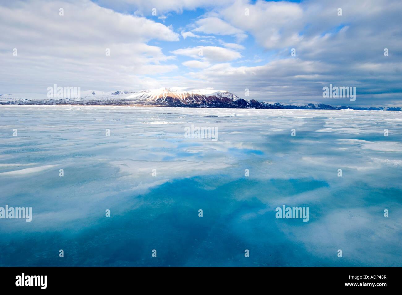 Derretir el agua se encuentra en la superficie del hielo calentado por el sol. Junta de la marina pronto estarán libres de hielo. Foto de stock