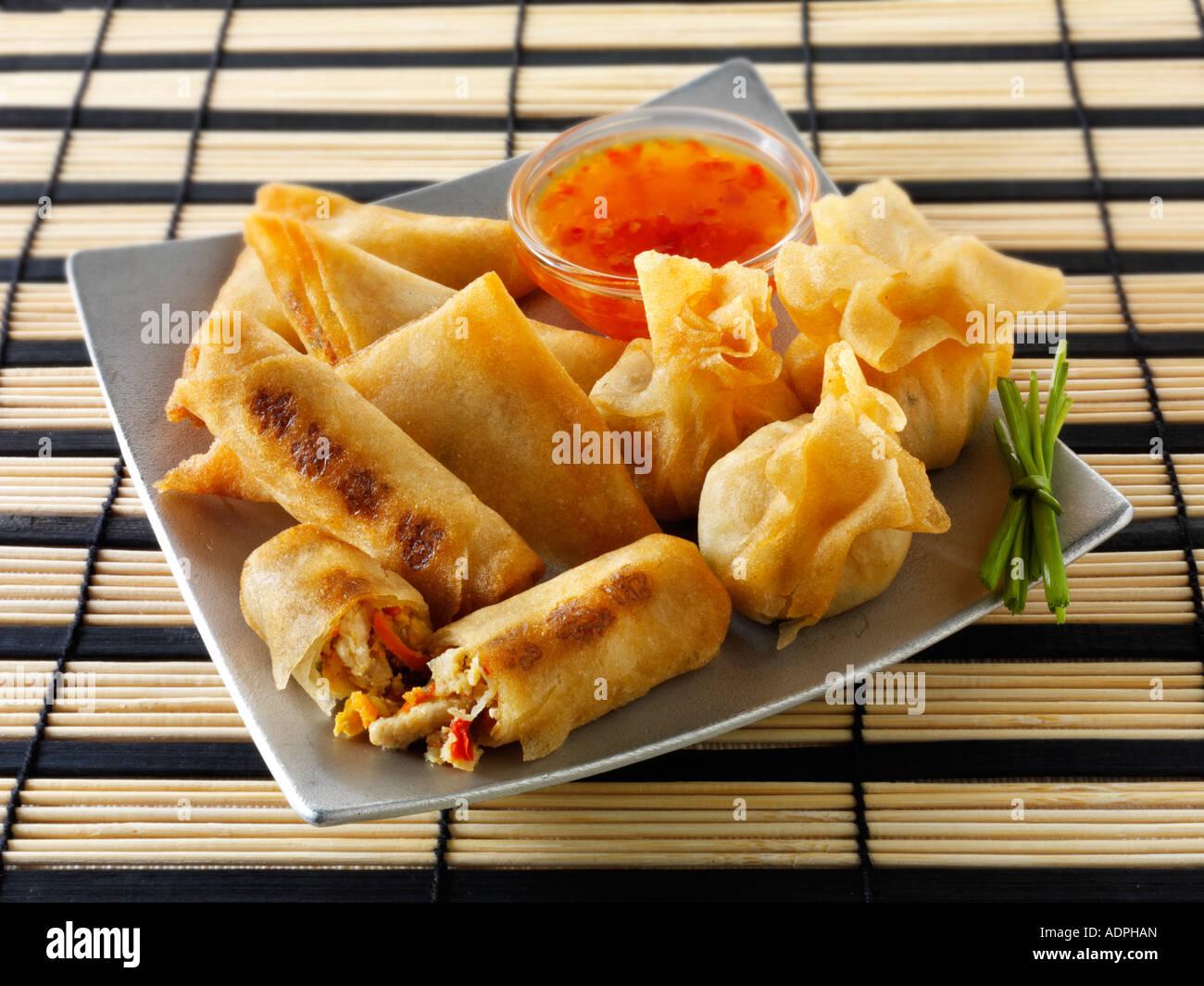 Selección orientales con dim sum rollitos de primavera de Pollo con verduras y samosas con salsa de chili Imagen De Stock