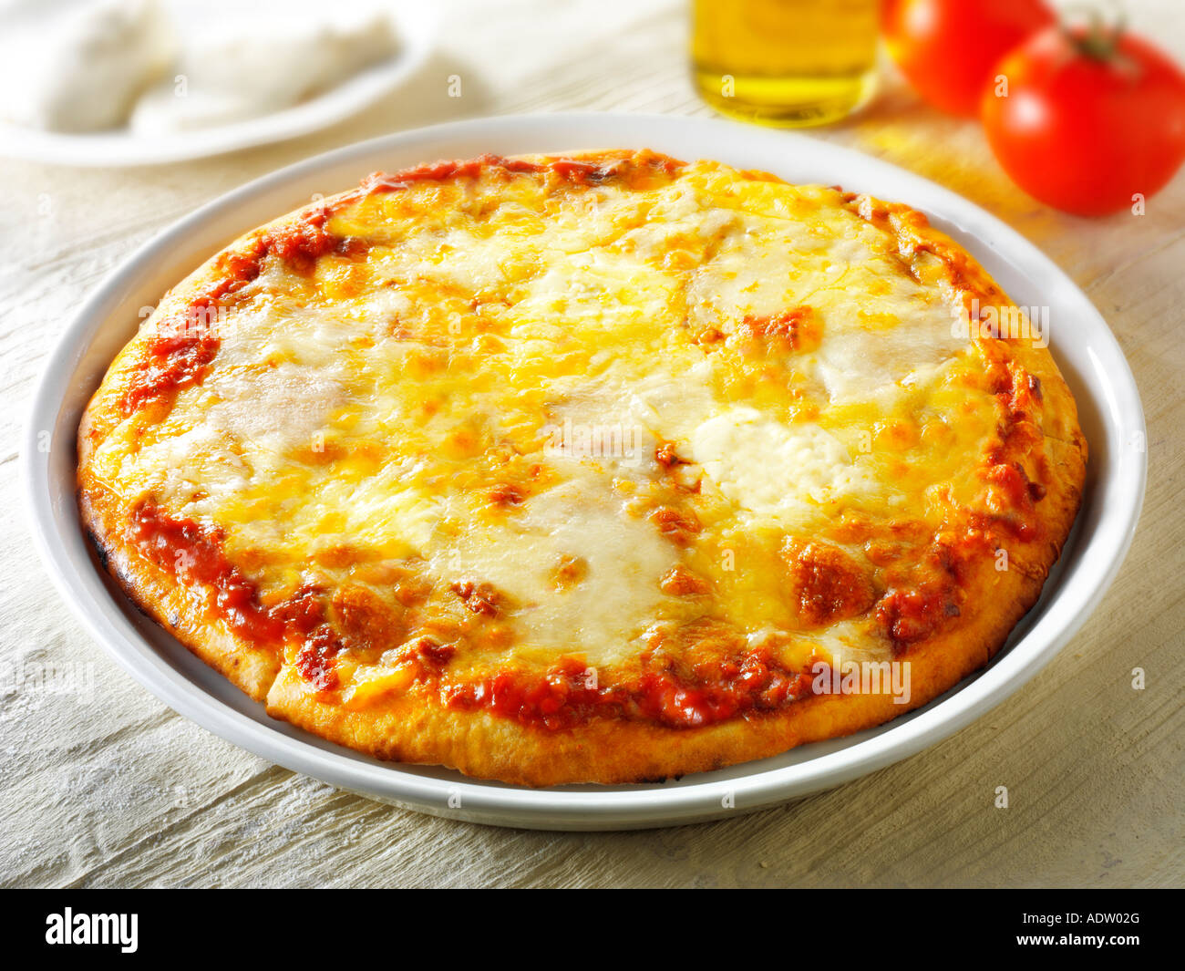 Pizza 3 quesos rematado con una pizza napolitana Margarita Foto de stock