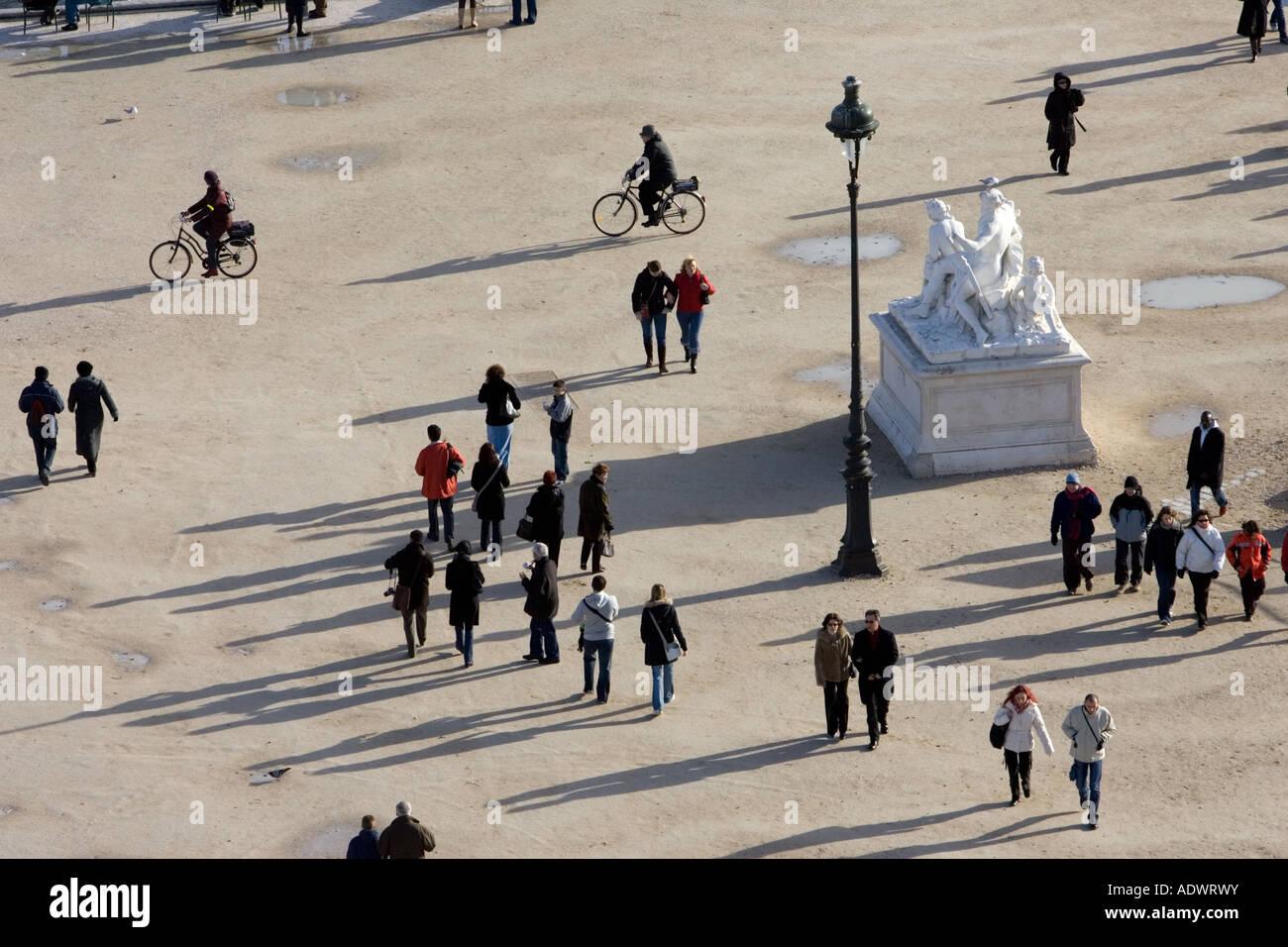 Los visitantes pasear por el Jardin des Tuileries Paris Francia Central Foto de stock