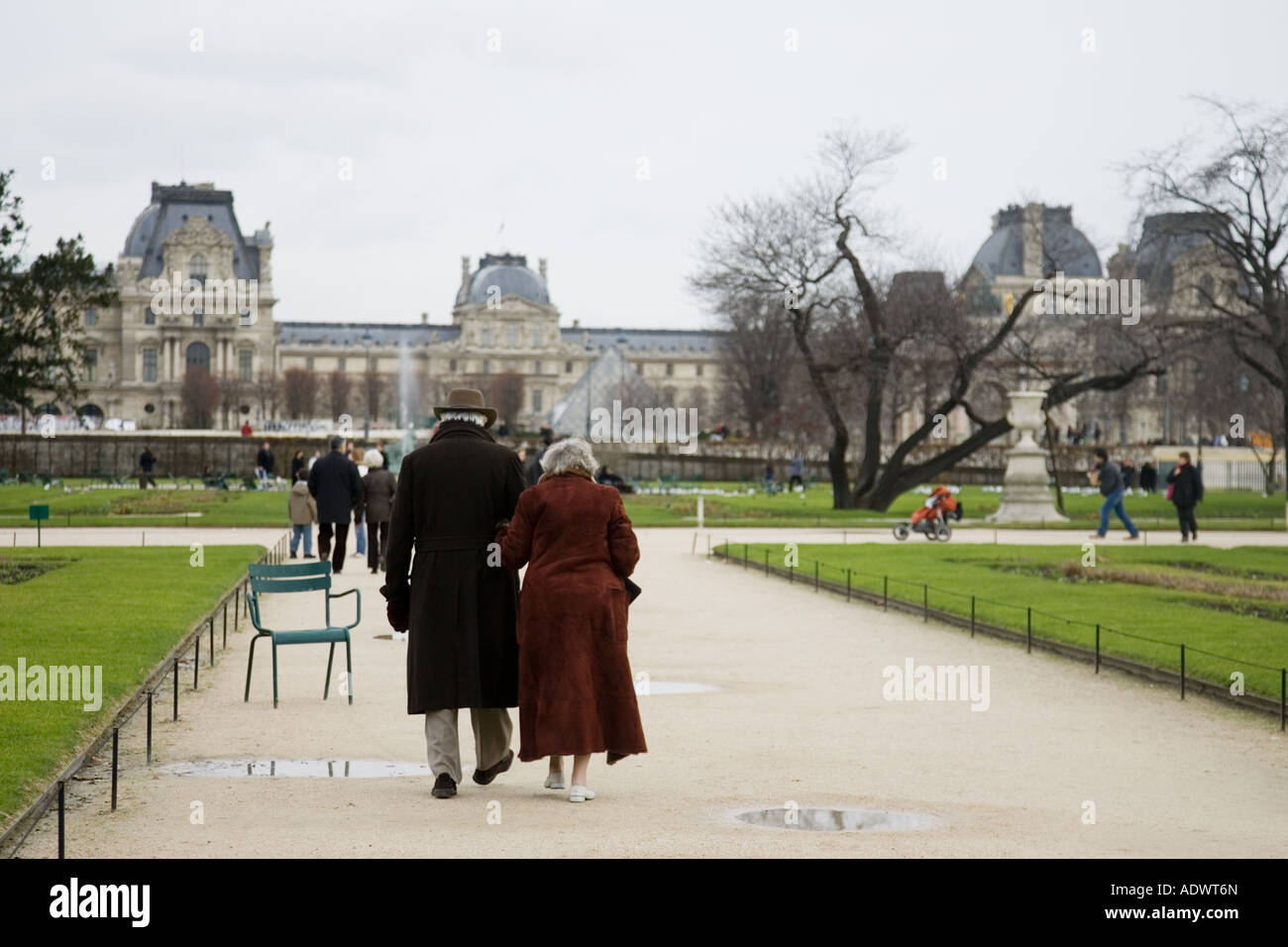 Pareja de ancianos en el Jardin des Tuileries por la galería de arte del Museo del Louvre París Francia Central Foto de stock