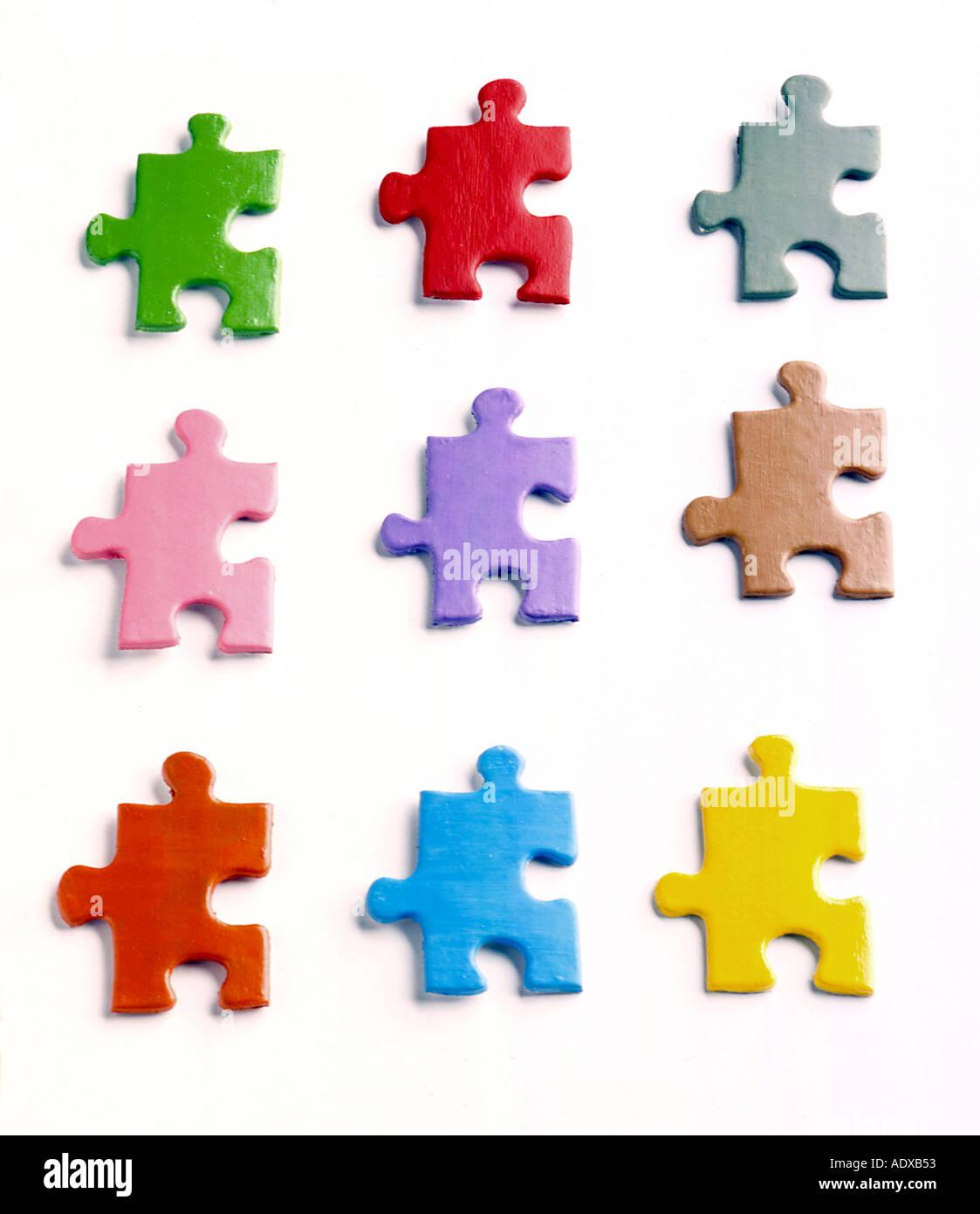 Conceptos similares tanto piezas de rompecabezas colorido parecido a los colores coinciden con la coincidencia de colores encajan miscellane desconcertante Imagen De Stock