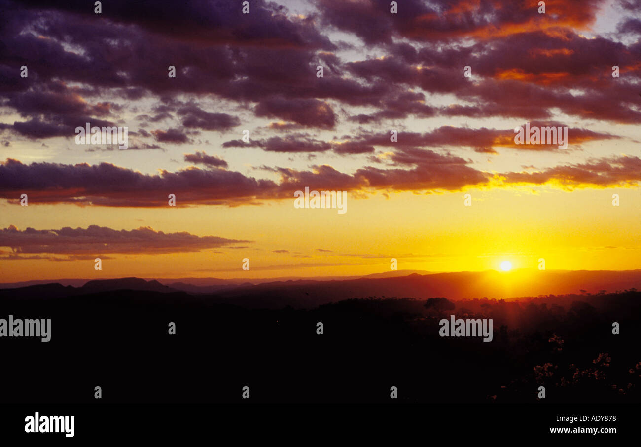 Viajes Distrito Federal Crepúsculo amanecer Chapada dos Veadeiros ir alto paraíso de Goiás horizonte nubes coloridos colores amarillo golden purpl Imagen De Stock