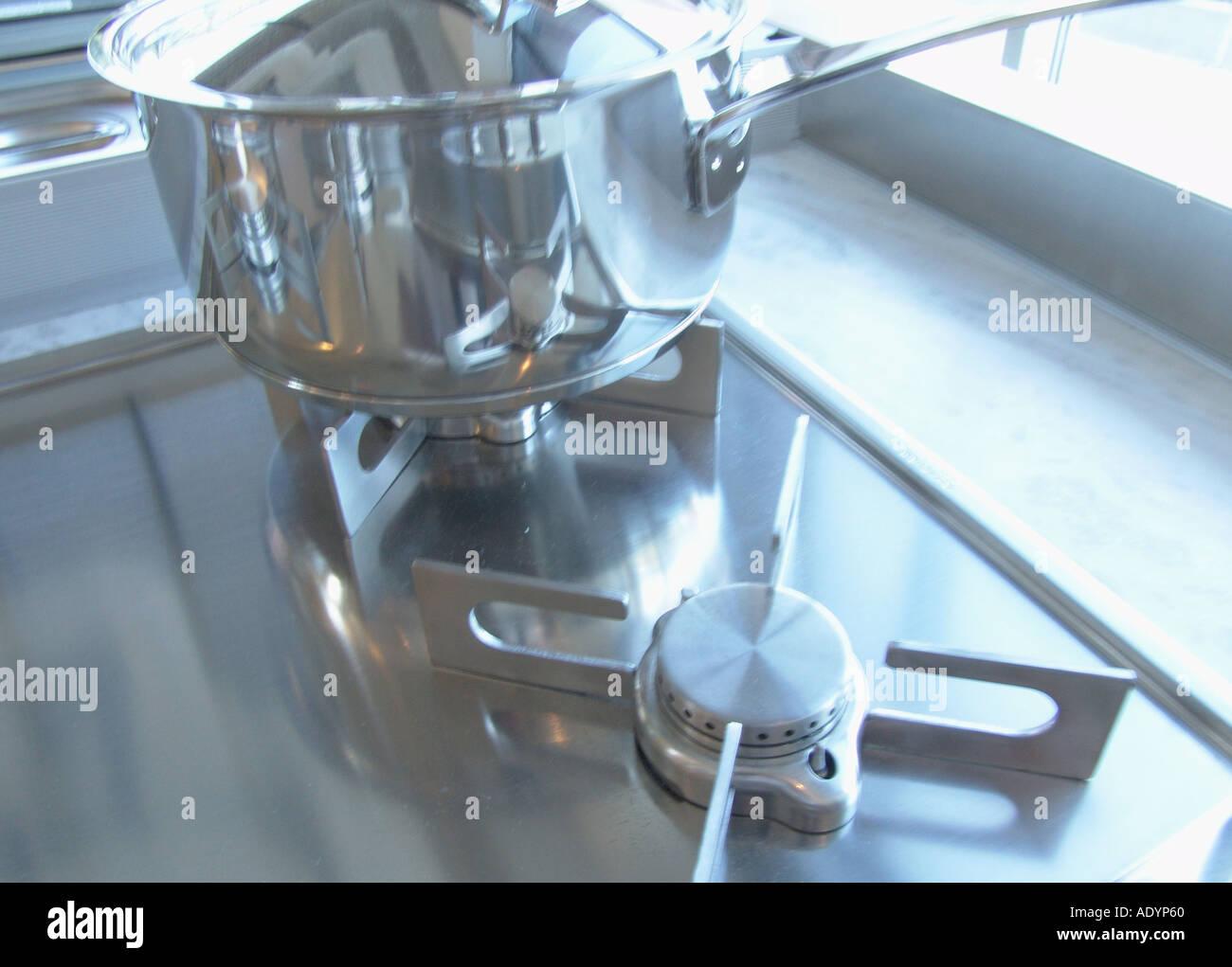 Utensilios de cocina de acero inoxidable en el moderno quemador de ...