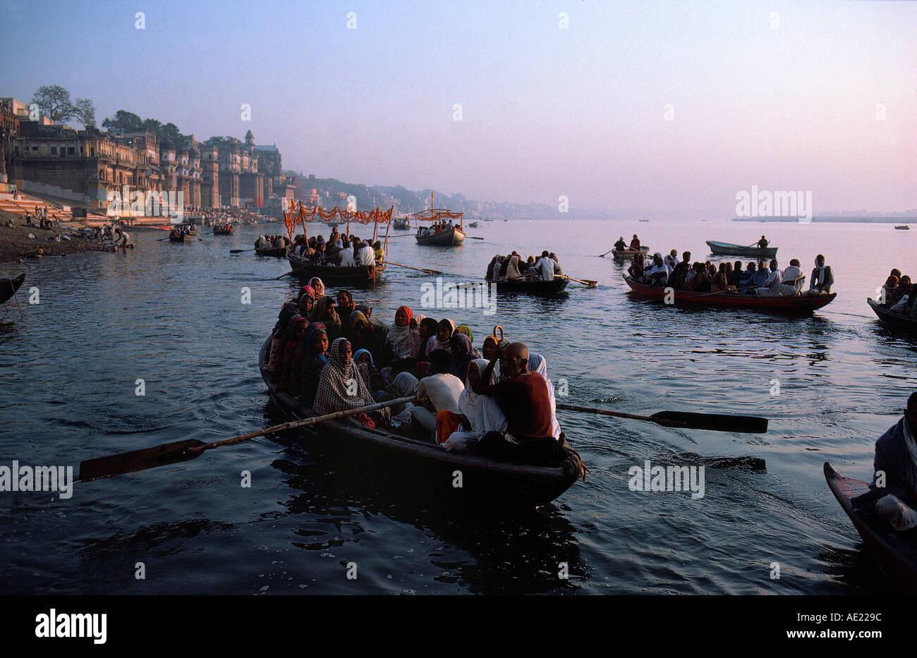 Procesión religiosa ganga ciudad fluvial de Varanasi, estado de Uttar Pradesh, India Imagen De Stock