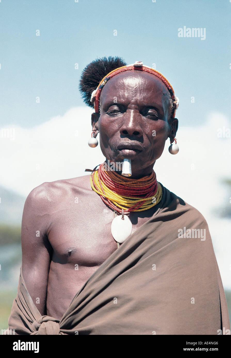 Un maduro Pokot hombre vestido con traje tradicional Sigor cercano al norte de Kenia África Oriental Foto de stock