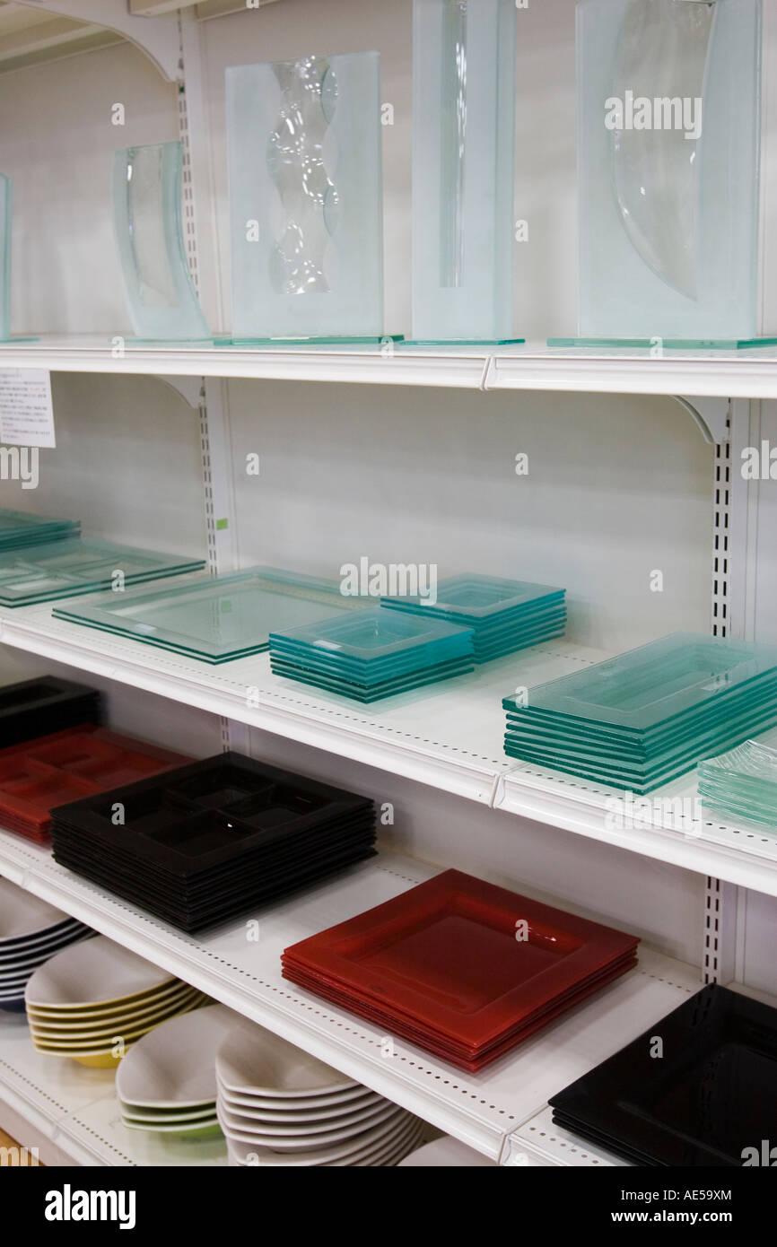 Estantes de cristal modernos platos vasos y platos para servir en los  estantes de una tienda que vende japonés menaje 5000babfaf27