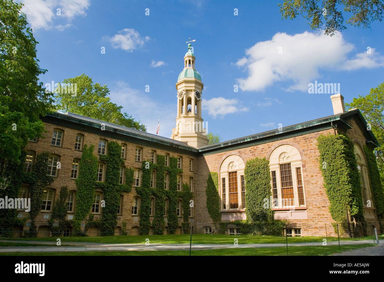 Ivy crecen en paredes de Nassau Hall edificio administrativo en la entrada de la escuela ivy league en la Universidad Imagen De Stock