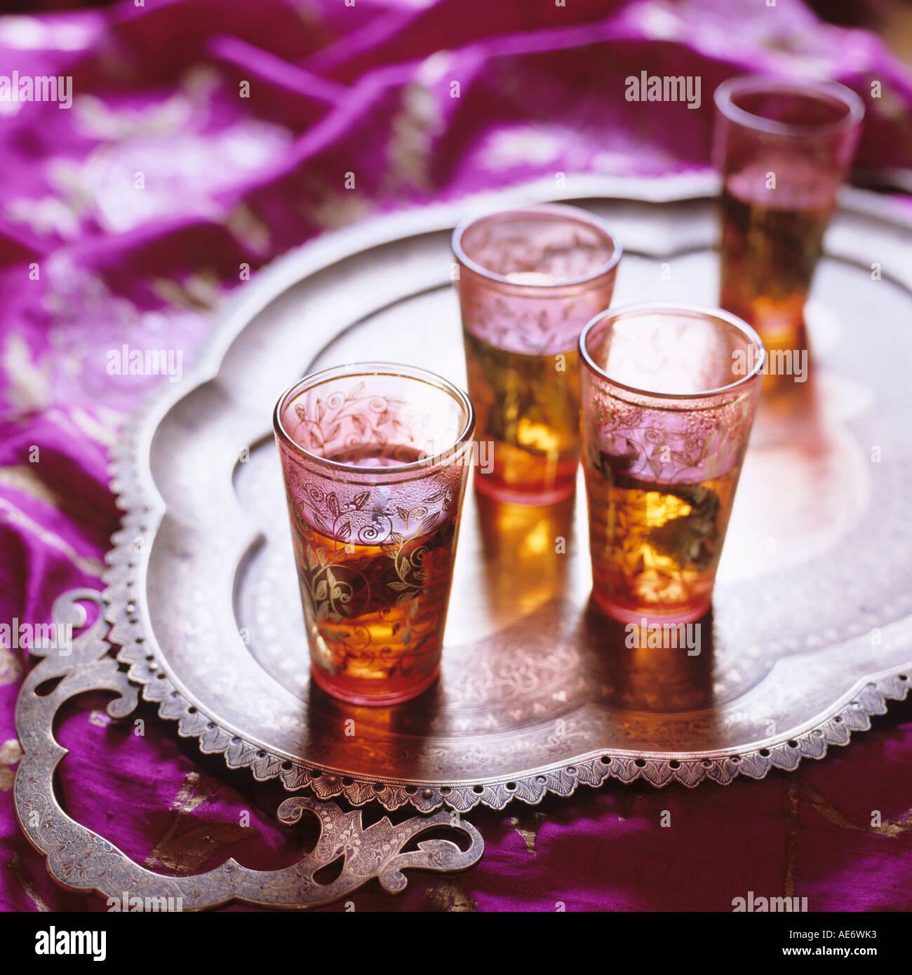 Vasos pequeños de Oriente Medio con té a la menta en una bandeja Foto de stock