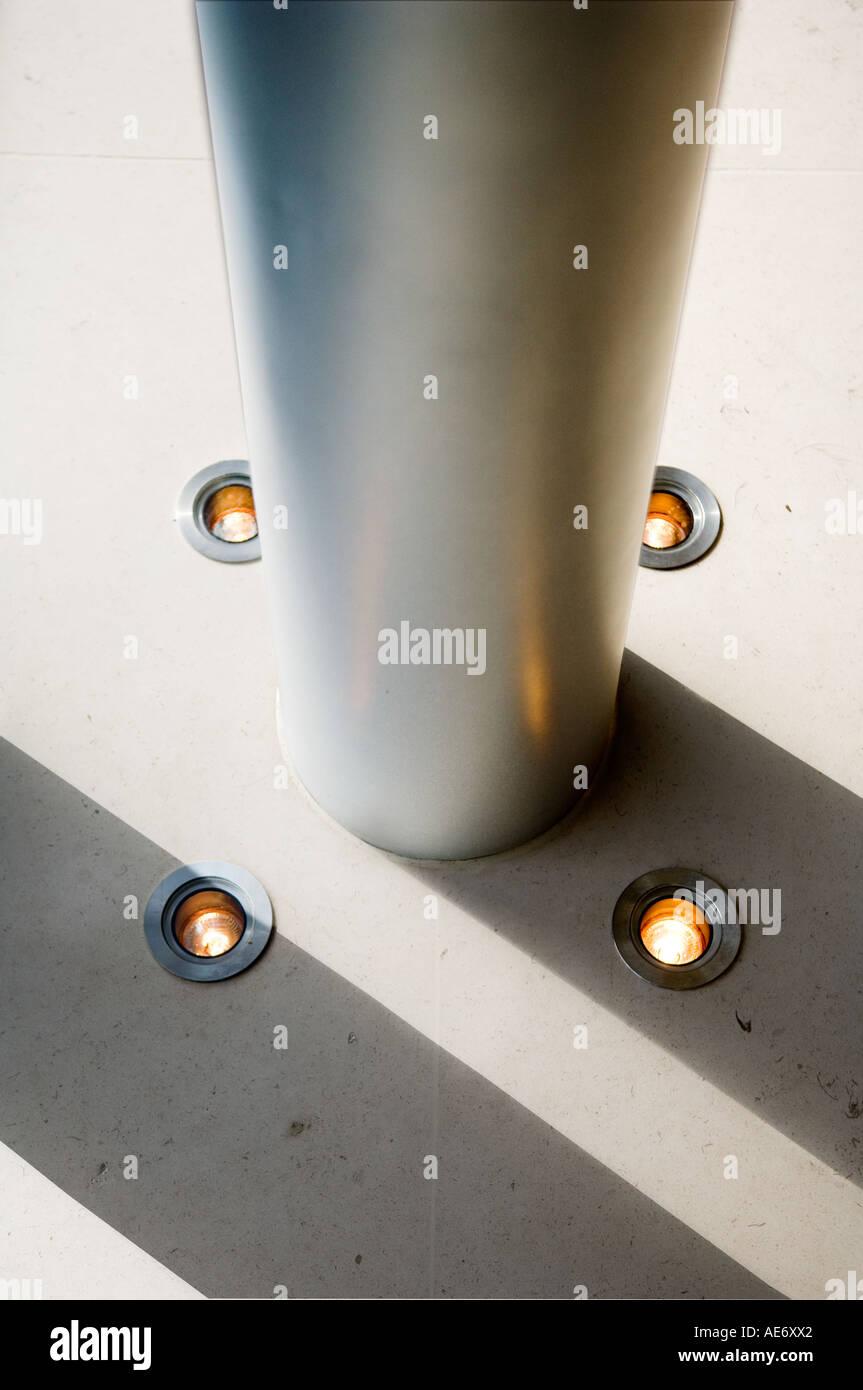 Piso-encendedores por una columna de acero en un interior de alta tecnología Imagen De Stock