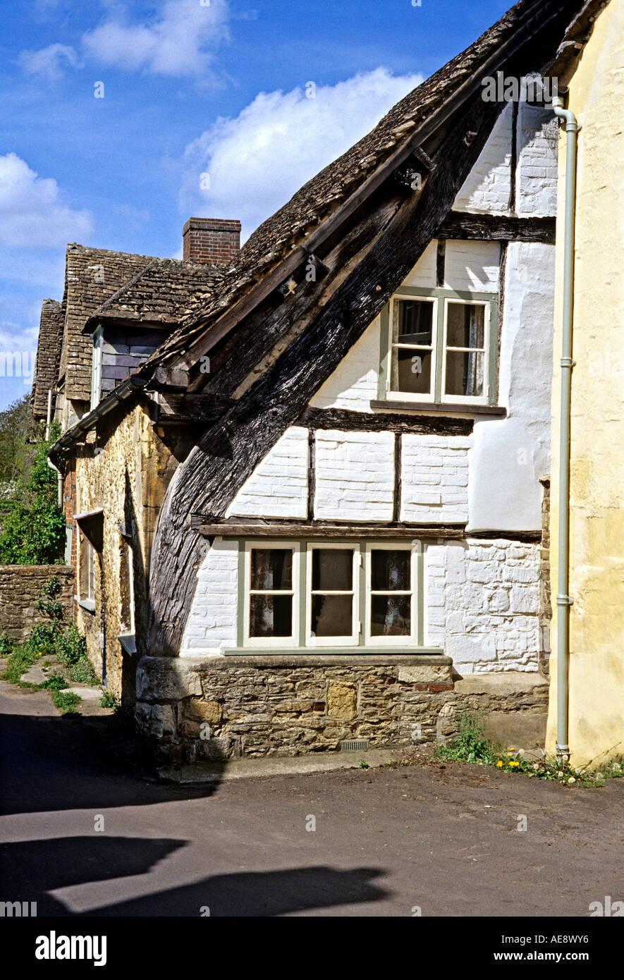 Raro parcialmente expuestos cruck fotograma en el final de un período cottage en Lacock Chippenham Wiltshire UK Imagen De Stock