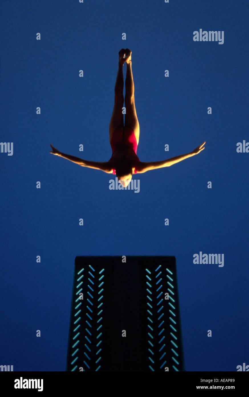 Un gráfico de un campeón nacional fotográfico diver haciendo un cisne de buceo Imagen De Stock