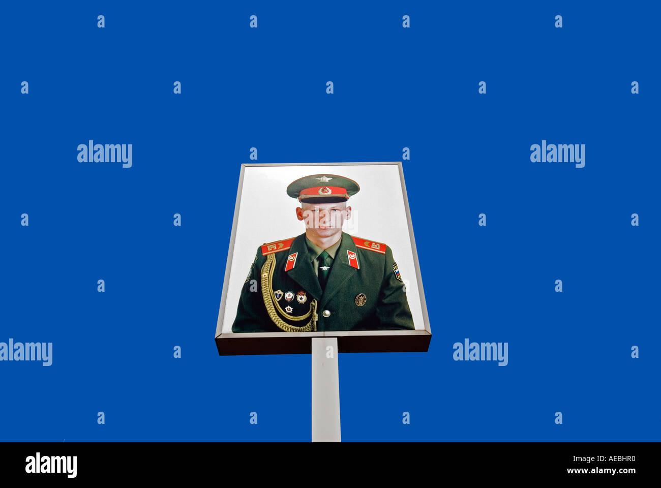 Retrato del soldado soviético en el famoso Checkpoint Charlie, en Berlín, Alemania 2006 Imagen De Stock