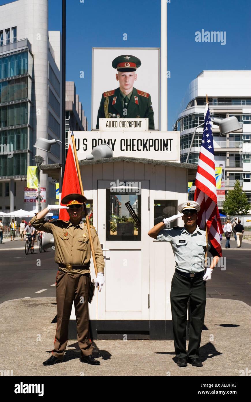 Famoso Checkpoint Charlie, en Berlín, Alemania Imagen De Stock