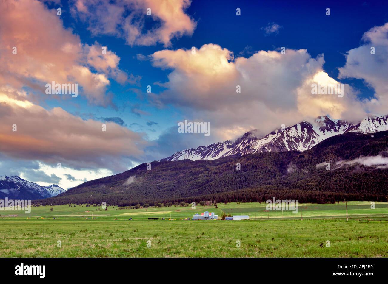 Tierras de cultivo cerca de José Oregón con nubes de puesta de sol sobre las montañas Wallowa Foto de stock