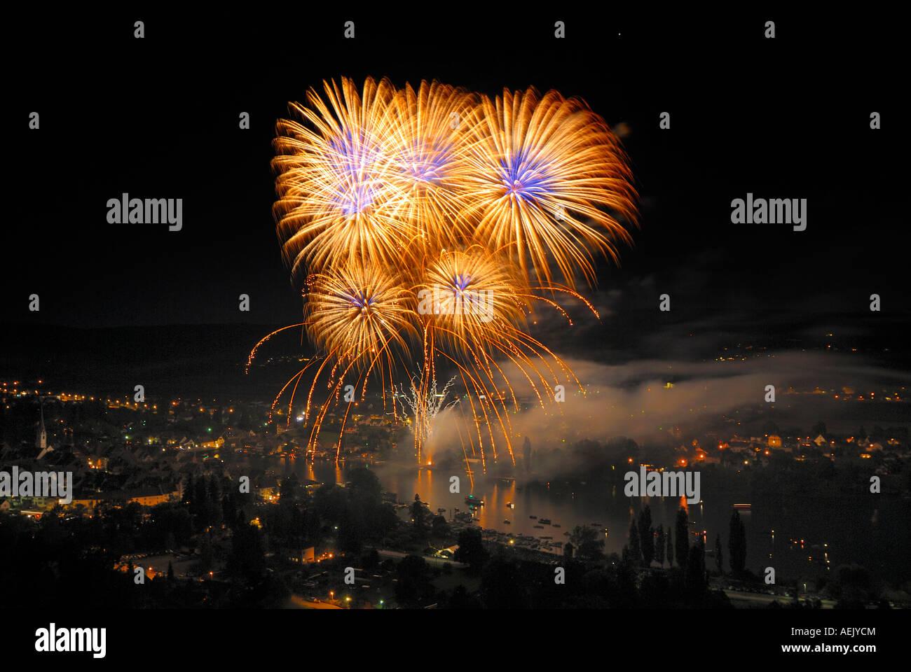Stein am Rhein - Fuegos artificiales sobre el rhineriver con ocasión de la fiesta nacional suiza. Suiza, Europa. Imagen De Stock