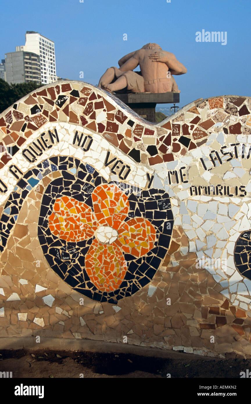 Azulejos de pared curvada y la estatua de dos amantes, el Parque del Amor, Miraflores, Lima, Perú. Imagen De Stock
