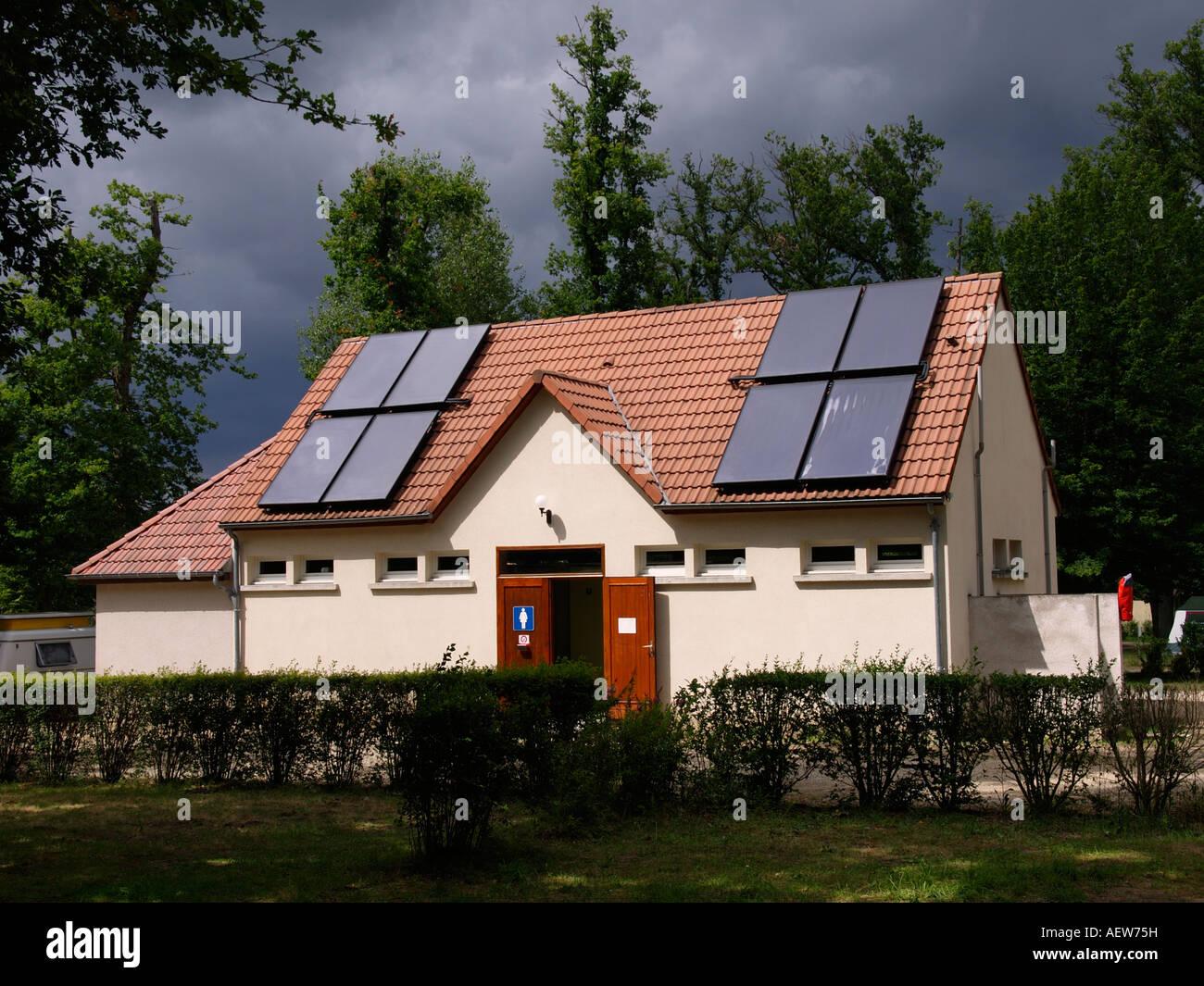 Paneles solares en el tejado de un edificio de baño en un camping francés cande sur beuvron valle del Imagen De Stock