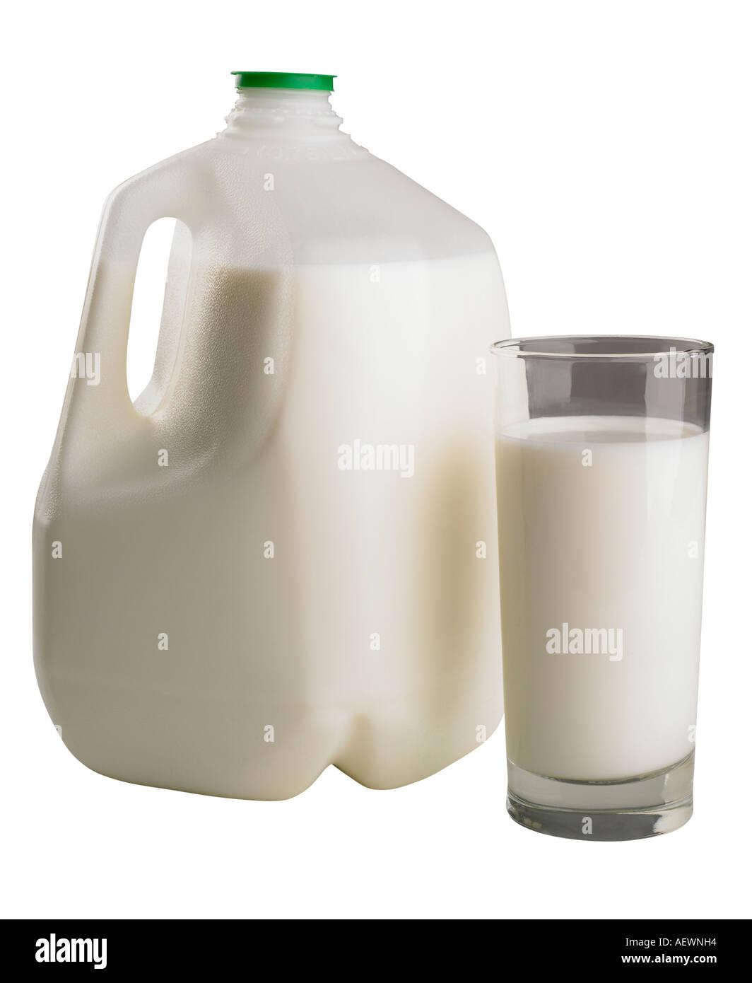 Un galón y vaso de leche Foto de stock