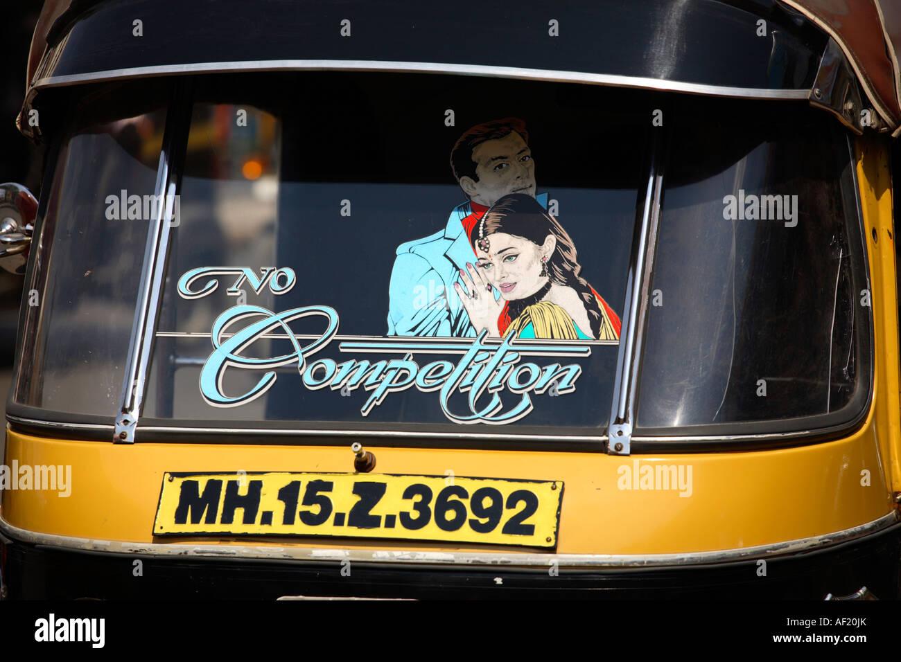 Imagen de una pareja India romántica abrazando el parabrisas delantero de rickshaw auto, Nasik, India Foto de stock