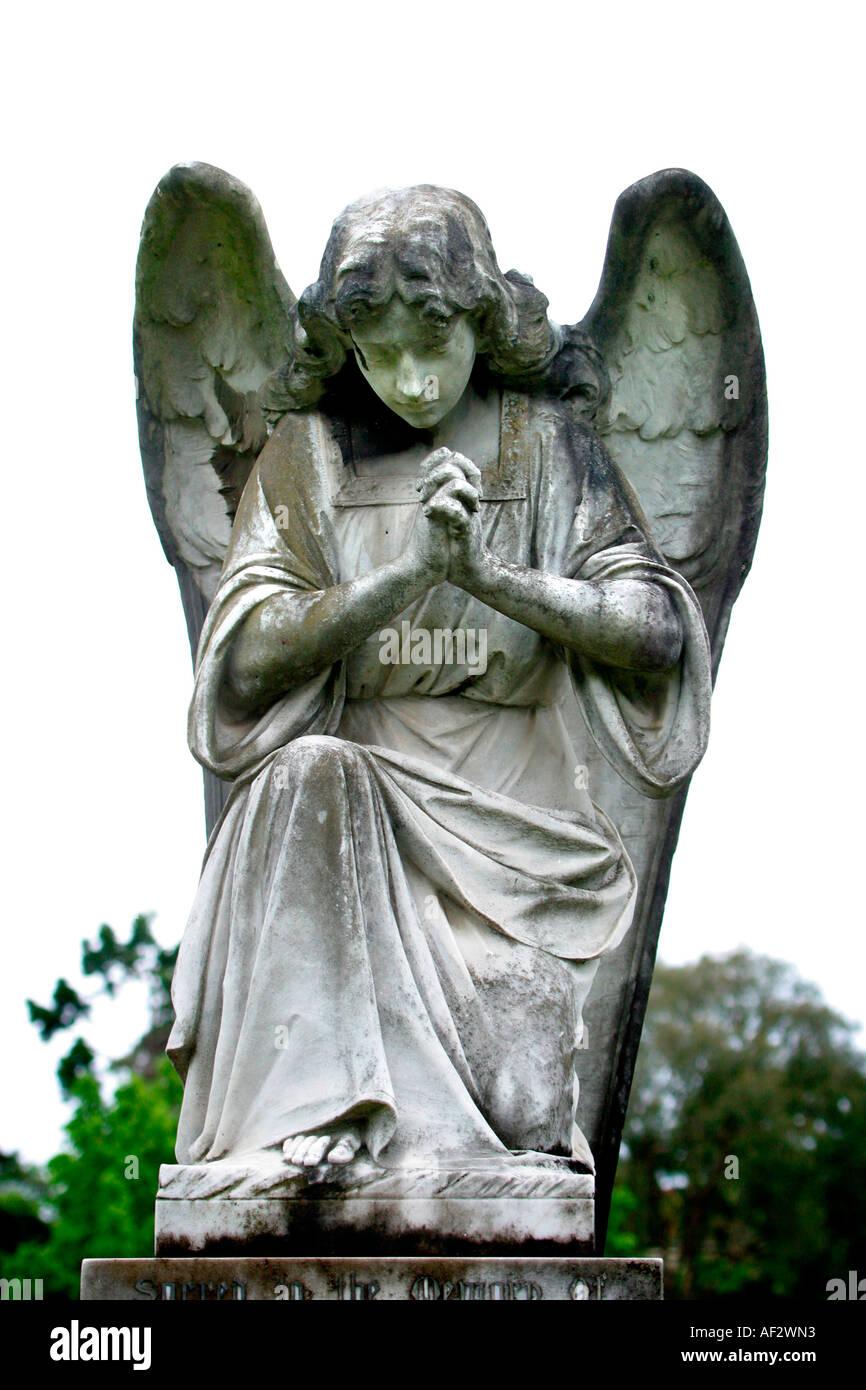 Angel rezando en la iglesia cementerio Imagen De Stock