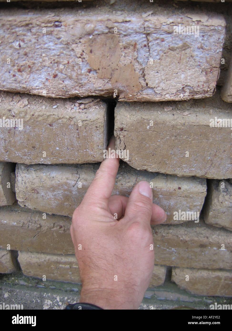 La salinidad afecta la sal ladrillos con mortero perdido Imagen De Stock