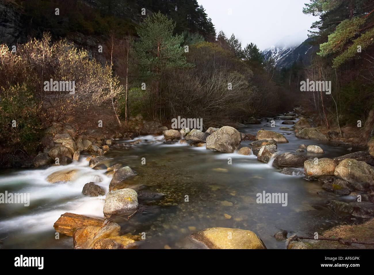 Río Sant Nicolau, Vall de Boí. Lleida España. Nocturna río Sant Nicolau, Vall de Boí, Lleida España Foto de stock