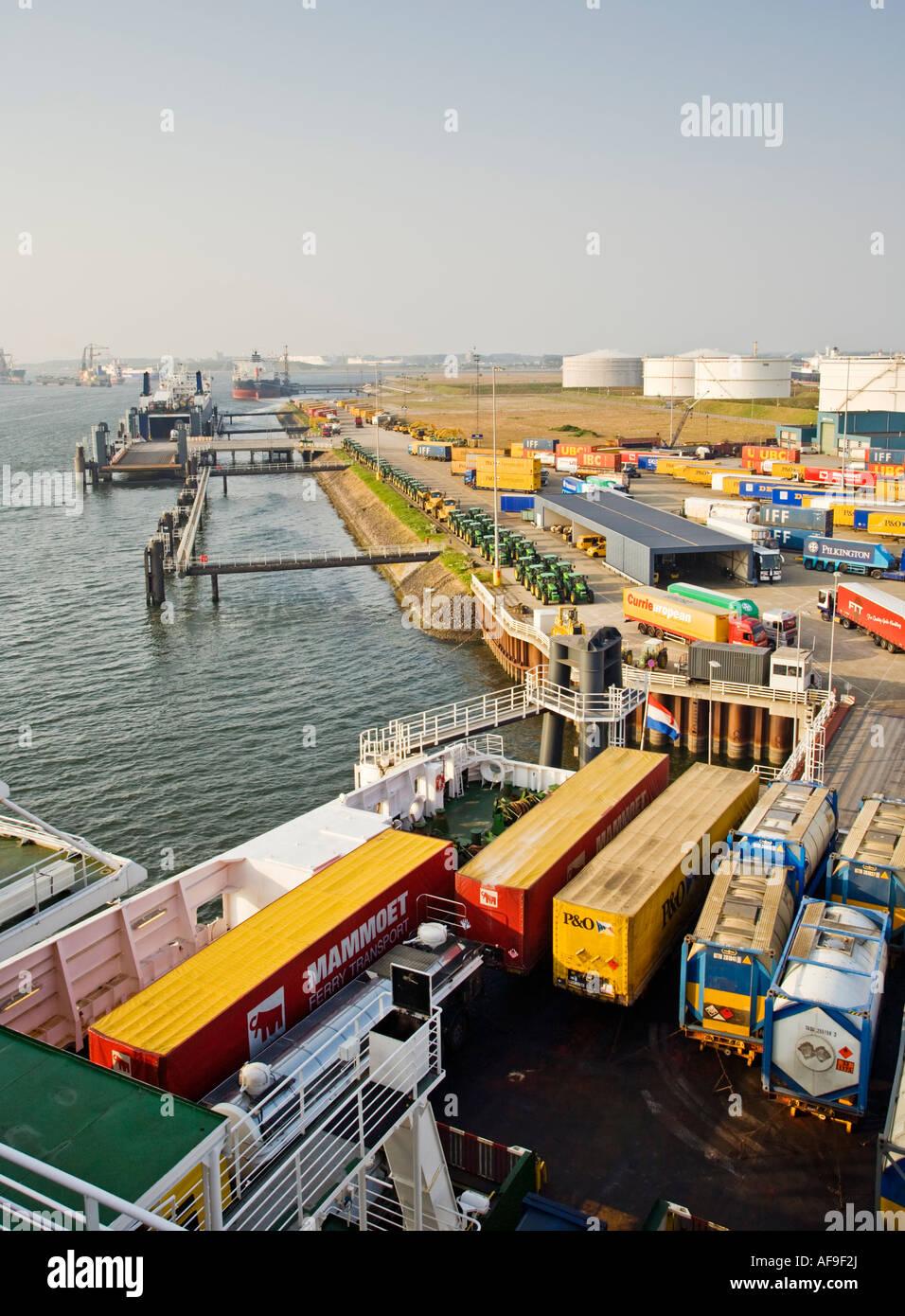 Europoort puerto de Rotterdam, Países Bajos, Europa con camiones de subir a bordo de un ferry Imagen De Stock