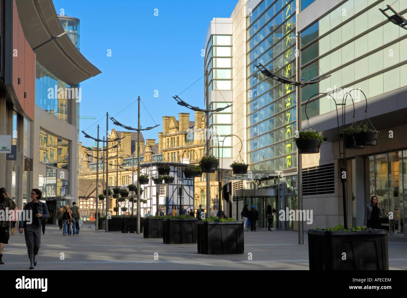 Tiendas en el cuarto milenio en Manchester Foto & Imagen De Stock ...