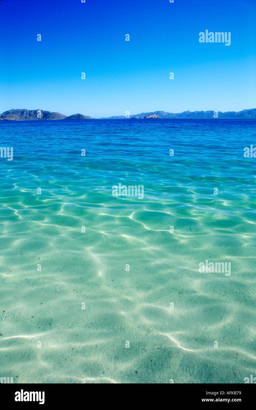 Claro aguas poco profundas cerca de la Bahía de Concepción, en el Mar de Cortez, en Baja California, México. Foto de stock