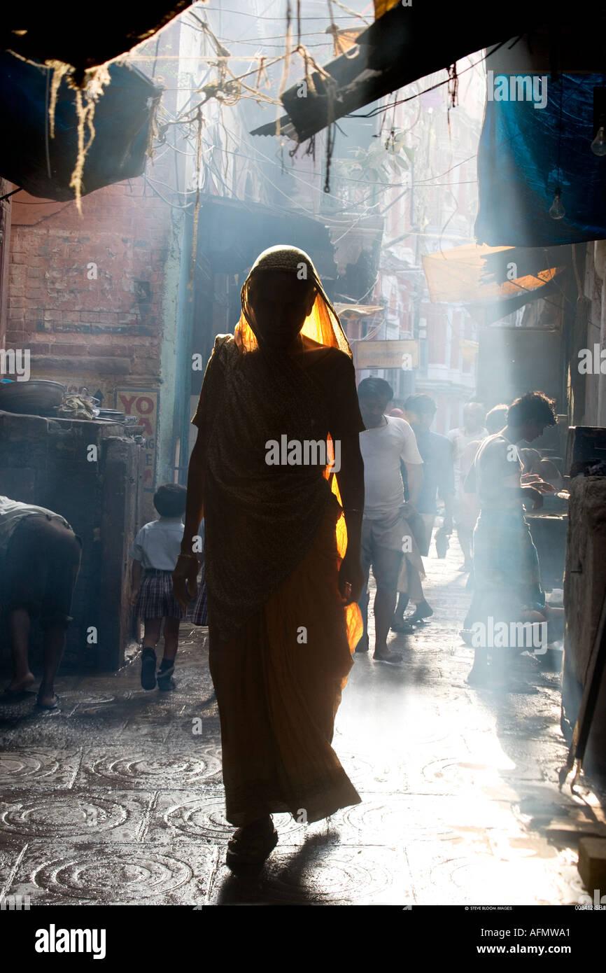 Mujer en calle Varanasi India Imagen De Stock