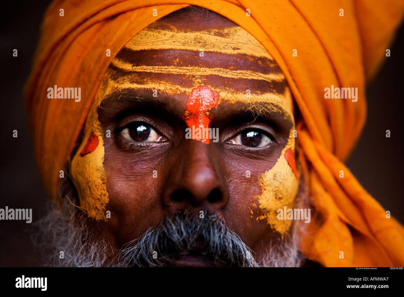 Hombre santo sadhu Varanasi India Foto de stock