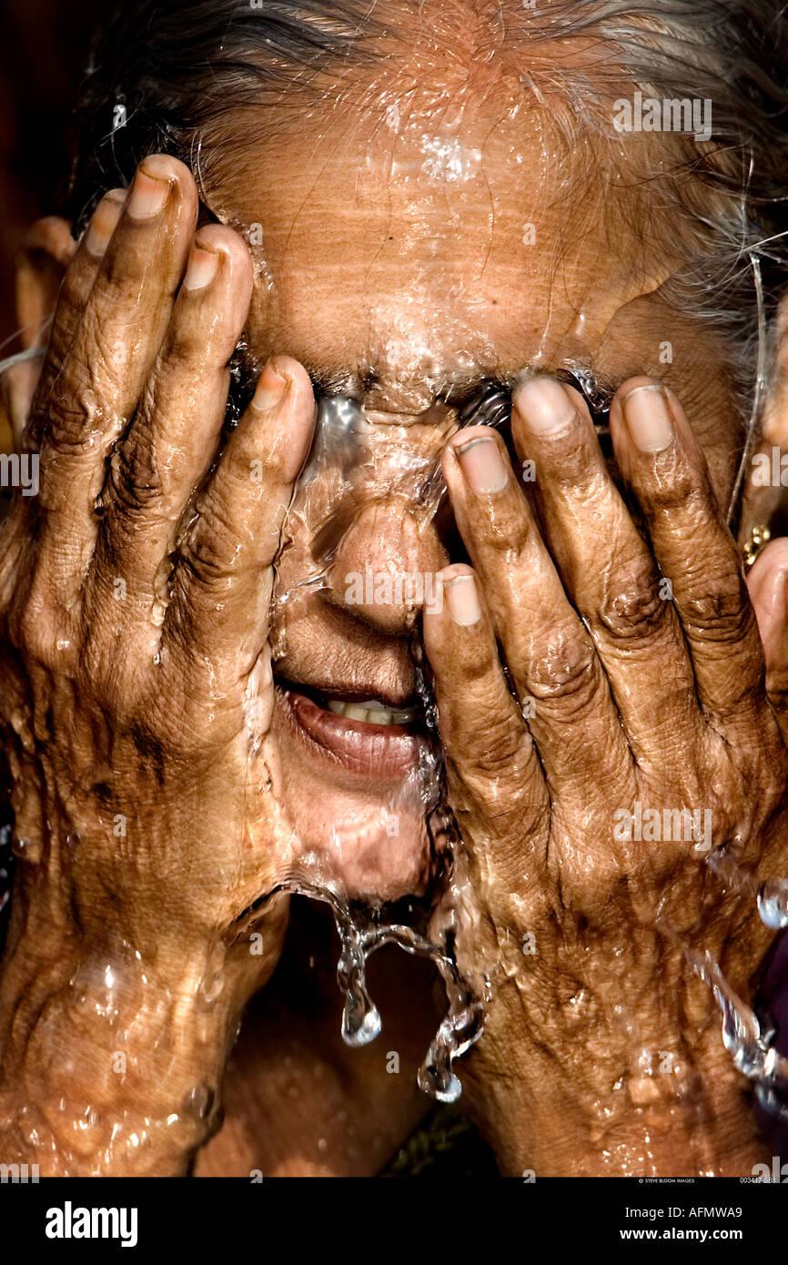 Mujer hindú bañarse en el Ganges Varanasi India Imagen De Stock