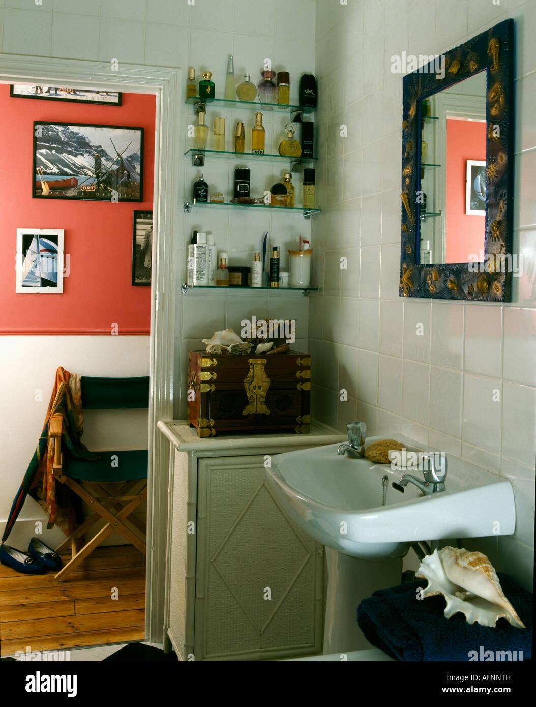 Estanterias De Cristal Para Cuartos De Bano.Coleccion De Frascos De Perfume En Estantes De Vidrio En La