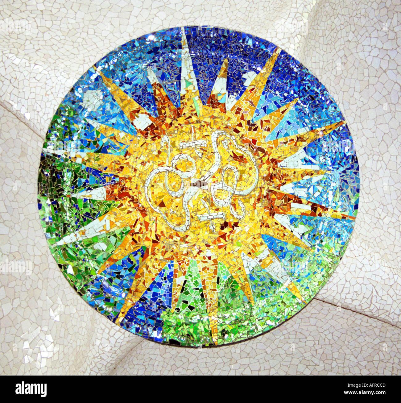 detalle del mosaico del sol en un banco en el parque paisaj stico de antoni gaud parc g ell en. Black Bedroom Furniture Sets. Home Design Ideas