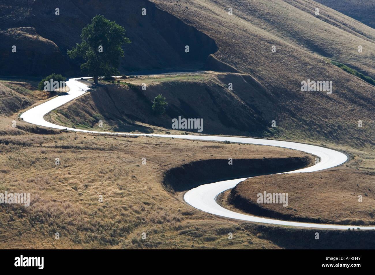 Las curvas de la autopista principal hacia arriba. Foto de stock