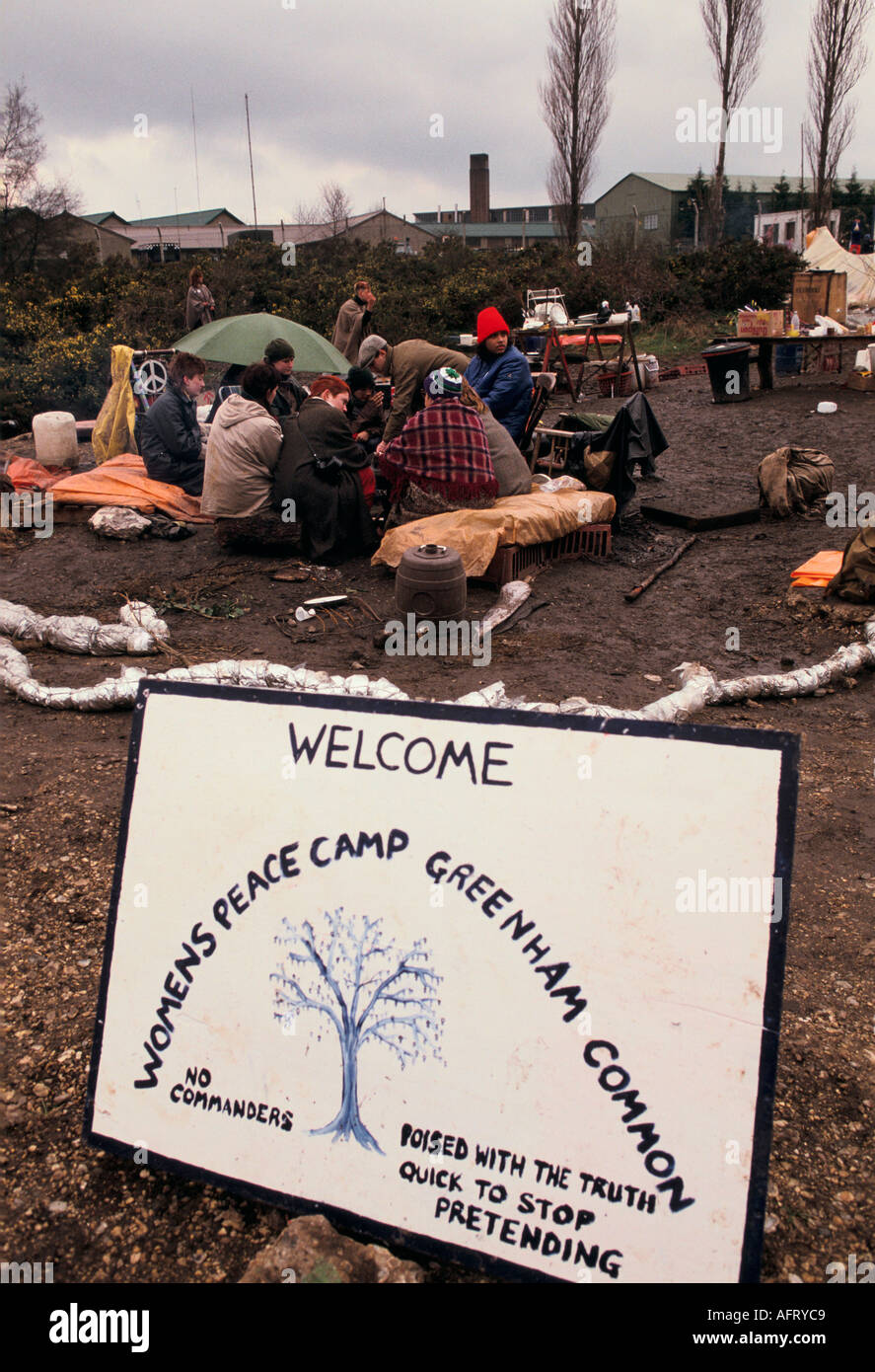 Campamento de paz las mujeres s manifestación contra la base militar americana de Greenham Common Berkshire 1983 Imagen De Stock