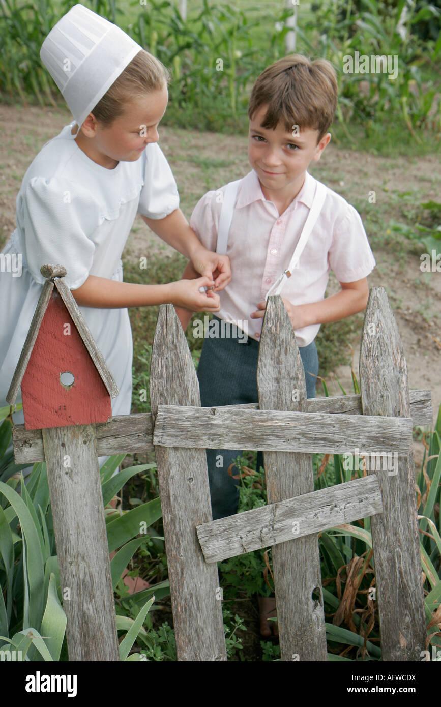Indiana Shipshewana excursión a una granja Amish chico chica tirantes  garden Imagen De Stock 2001ac7d663