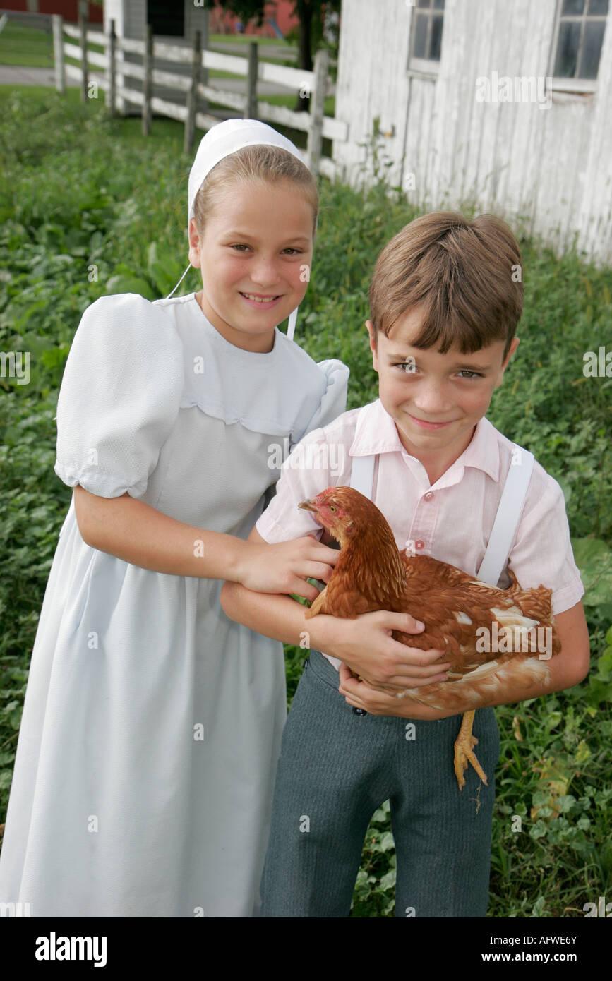 Indiana Shipshewana excursión a una granja Amish chico chica pollo Imagen De  Stock da7e34a681c