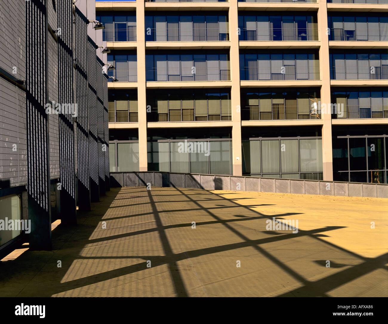 Edificio oficinas im genes de stock edificio oficinas for Oficinas mapfre bilbao
